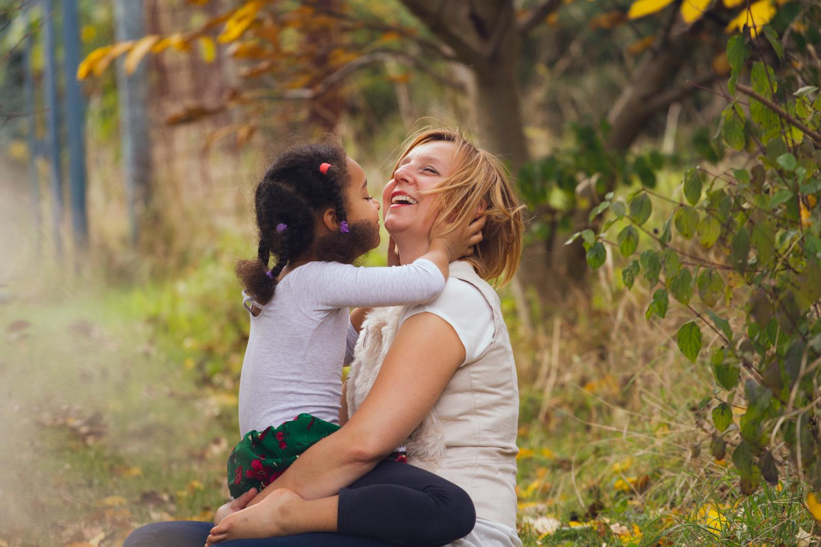 Dcera s mámou v objetí