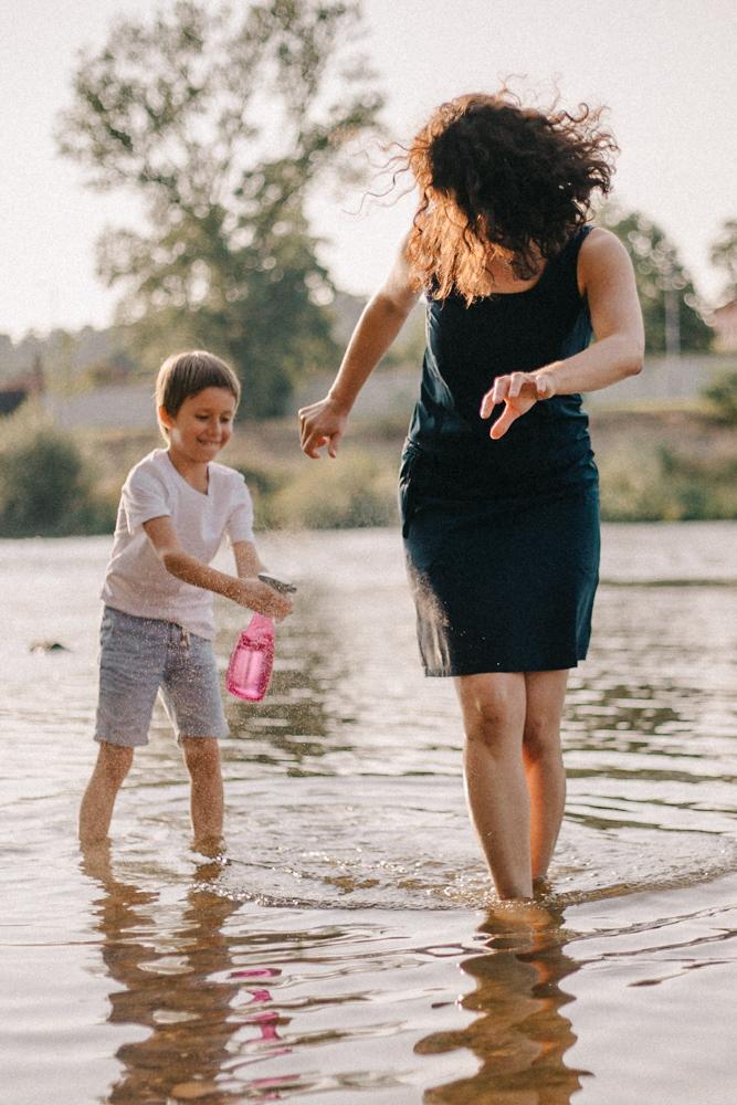 Maminka se synem dělají legraci a honí se v řece
